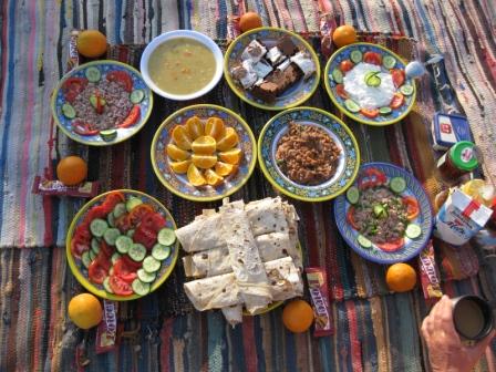 Frühstück in der Wüste mit Geburtstagskuchen